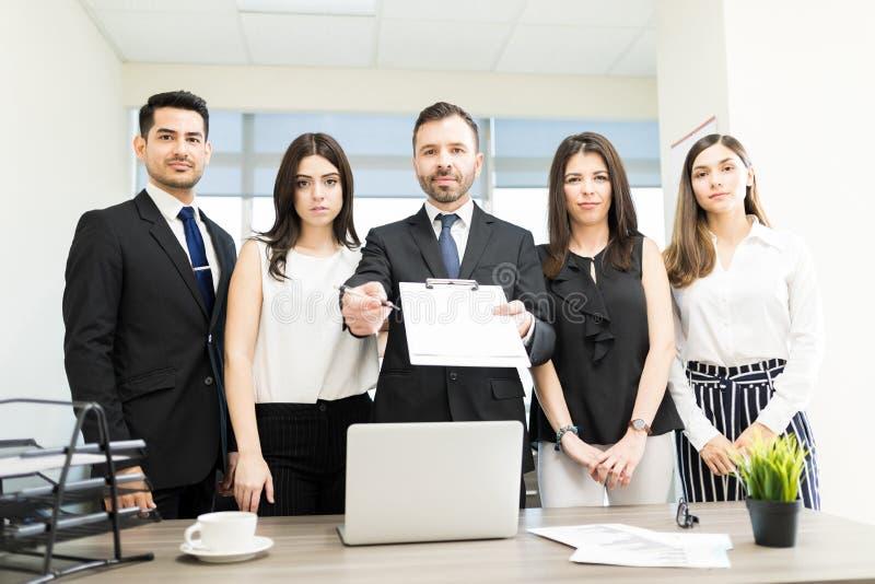 Bankirer som framlägger ny intrig att underteckna fotografering för bildbyråer
