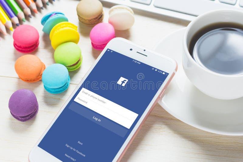 BANKKOK THAILAND - FEBRUARI 06, 2016: Facebook för inloggningsskärm symboler på Apple iPhone 6 arkivfoto