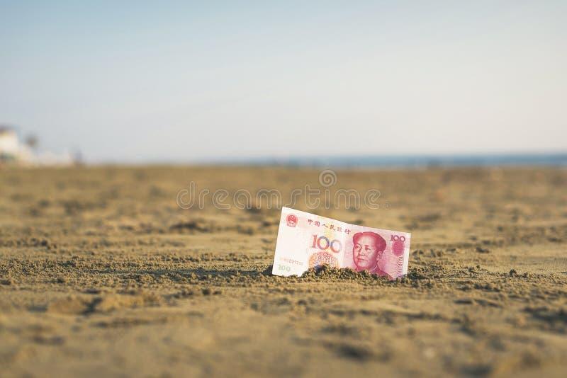 Banknot wartość Porcelanowy Juan w piasku na plaży Pojęcie fotografia royalty free