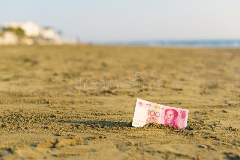 Banknot wartość Porcelanowy Juan w piasku na plaży Pojęcie zdjęcia royalty free