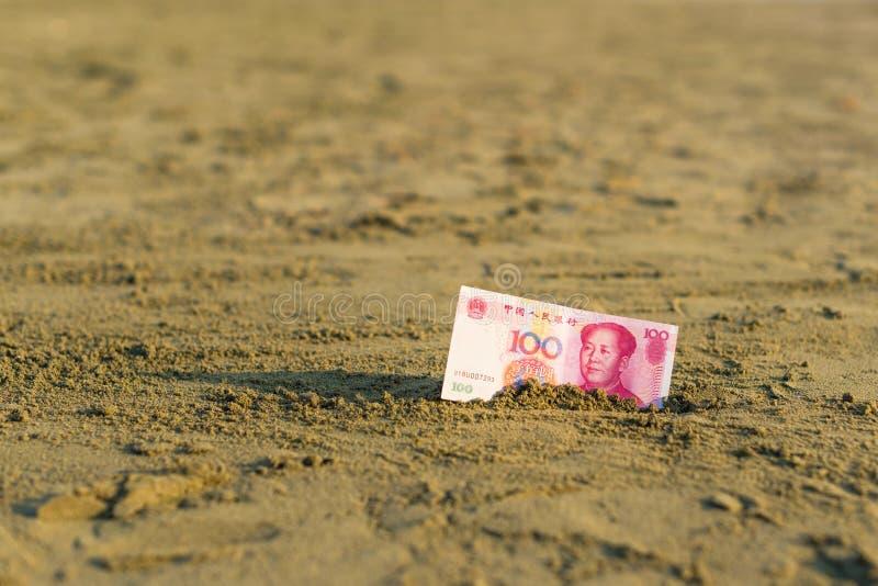 Banknot wartość Porcelanowy Juan w piasku na plaży Pojęcie zdjęcie stock