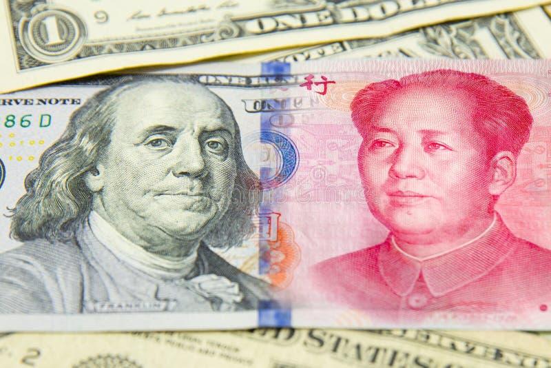 Banknote, Dollar und Yuan Wirtschaftsschach conpetition Konzept vielen Banknote Stapel von verschiedenen Währungen Nahaufnahme de stockfotos