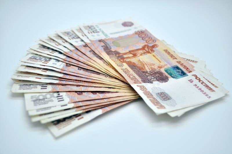 Banknoten 5000 Rubel von Bank von Russland auf russischen Rubeln des weißen Hintergrundes stockfotos
