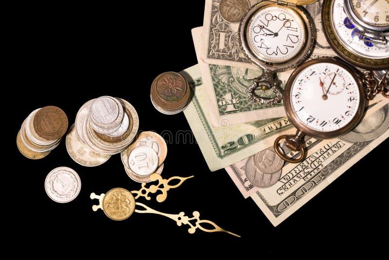 Banknoten und Retro- Borduhren stockfoto