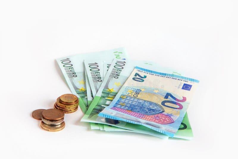 Banknoten von 20 und 100 Euros und von Cents auf einem weißen lokalisierten Hintergrund einsparung Europ stockfoto