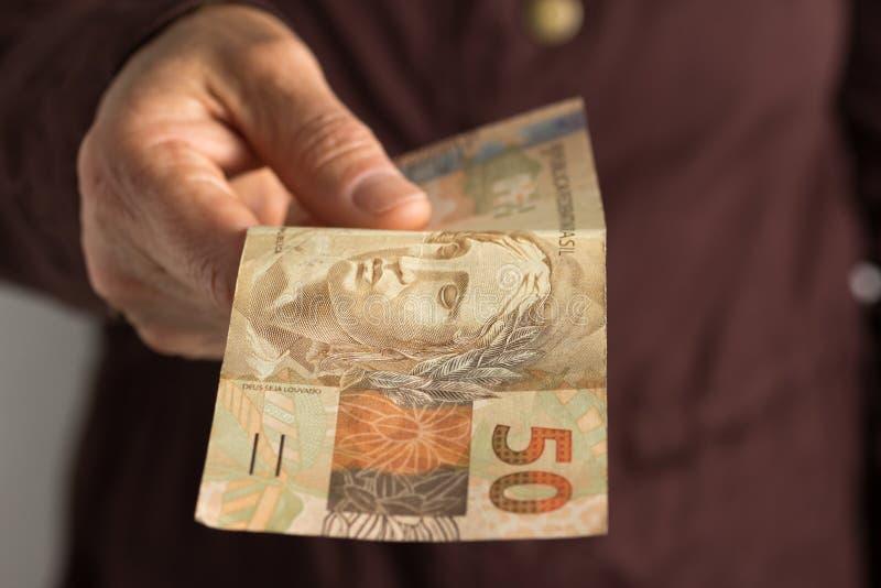 Banknoty brazylijska waluta: Reais Frontowego widoku seniora osoba obraz royalty free