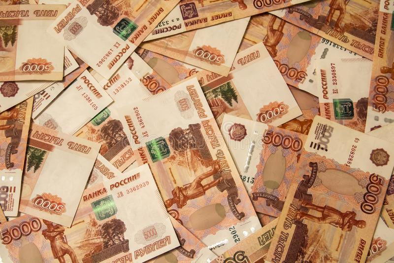 Banknoty Rosyjska waluty wartość nominalna 5.000 rubli rozpraszali na stole zdjęcie stock