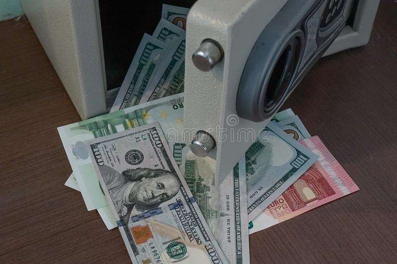 Banknoty w otwierającego bezpiecznym depozytowym pudełku zdjęcie stock