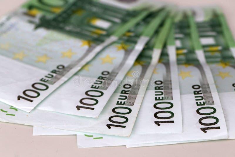 Banknoty warty 100 euro są na stole zdjęcie stock
