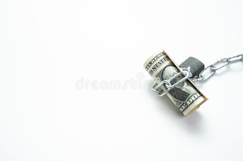 Banknoty wiązali łańcuchy z kędziorka bielu tłem zdjęcie stock