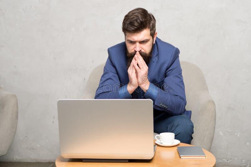 Bankowiec lub ksi?gowy Biznesowa korespondencja Nowo?ytny Biznesmen Biznesmen pracy laptop Odpowiada? biznesowego emaila zdjęcie stock