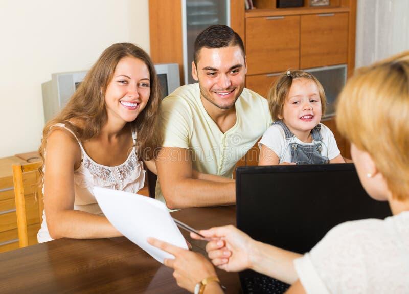 Bankowość asystent i zadowolona rodzina fotografia royalty free