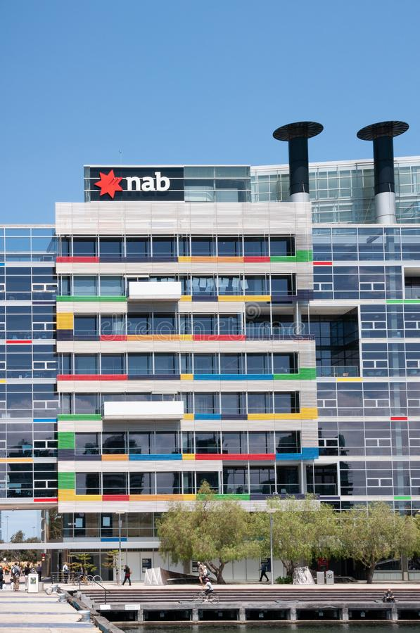 Bankowość NAB w nowoczesnej kolorowej architekturze w Docklands w Melbourne, Australia zdjęcie stock