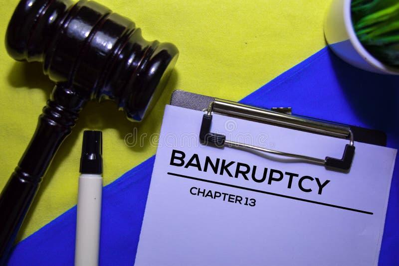 Bankrott Kapitel 13 Text auf Dokumentformular und Gavel isoliert auf Büroschreibtisch lizenzfreie stockfotografie