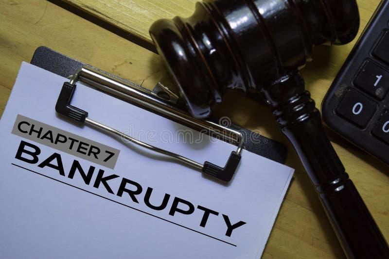 Bankrott Kapitel 7 Text auf Dokumentformular und Gavel isoliert auf Büroschreibtisch lizenzfreie stockfotografie