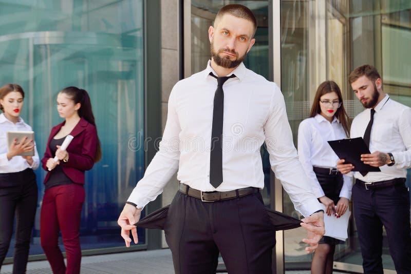 bankrupt Een jonge mens in zwarte broeken en een witte overhemdsdemonen royalty-vrije stock foto