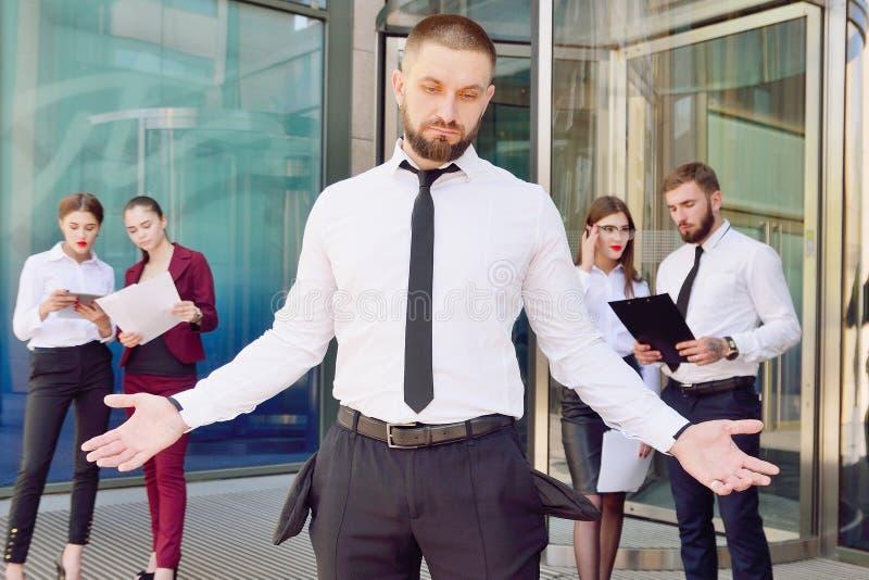bankrupt Un giovane in pantaloni neri e nei demoni di una camicia di bianco fotografia stock libera da diritti