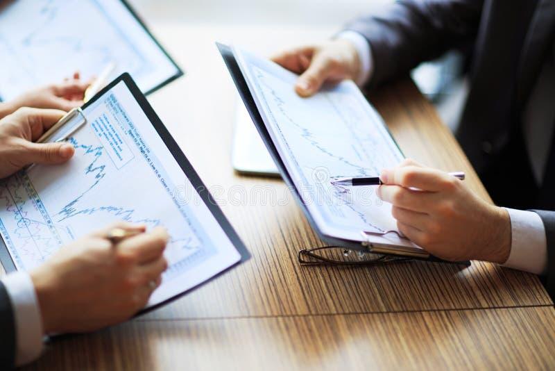 Bankzaken of financieel analist de grafieken van de Desktopboekhouding stock fotografie