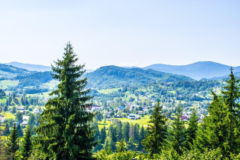 Banlieue noire en montagnes photo libre de droits