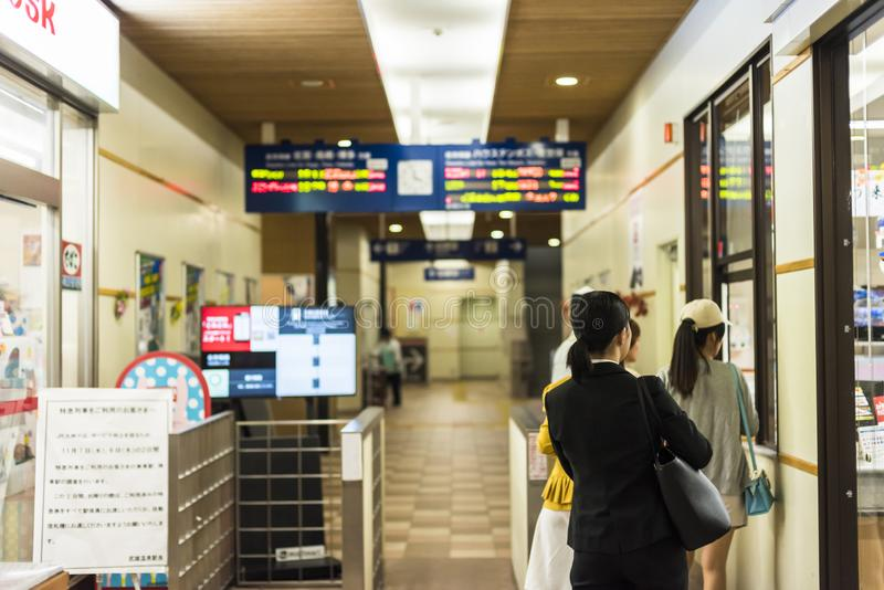Banlieusard à la station de train japonaise photo stock