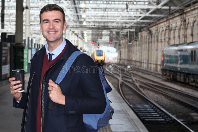 Banlieusard beau à la gare ferroviaire photographie stock libre de droits