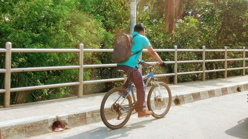 Banlieusard de bicyclette sur le pont de survol de Tejgaon images stock