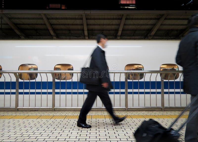 Banlieusard japonais se précipitant par Shinkansen photographie stock
