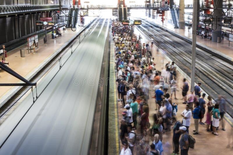 Banlieusards à la plate-forme de station de train images stock