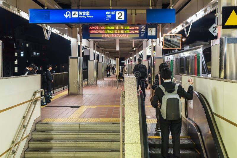 Banlieusards à la station de train japonaise photographie stock libre de droits