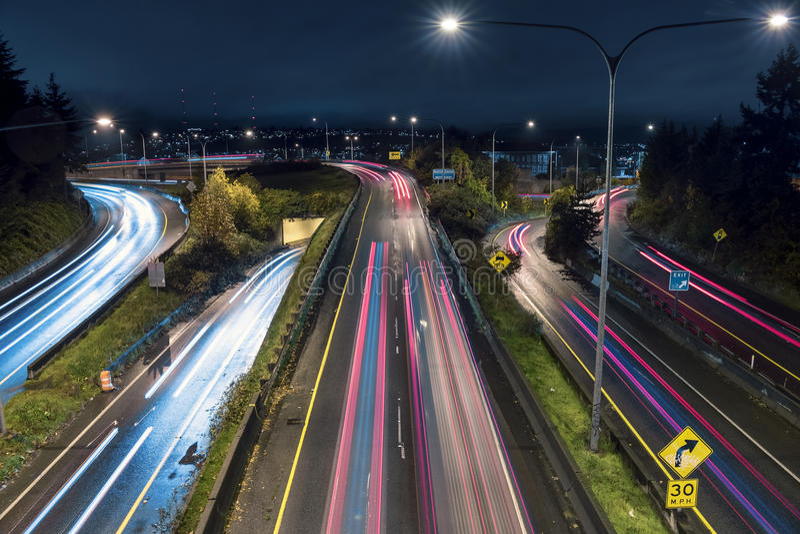 Banlieusards dans le trafic d'autoroute la nuit sur la route 520 images stock