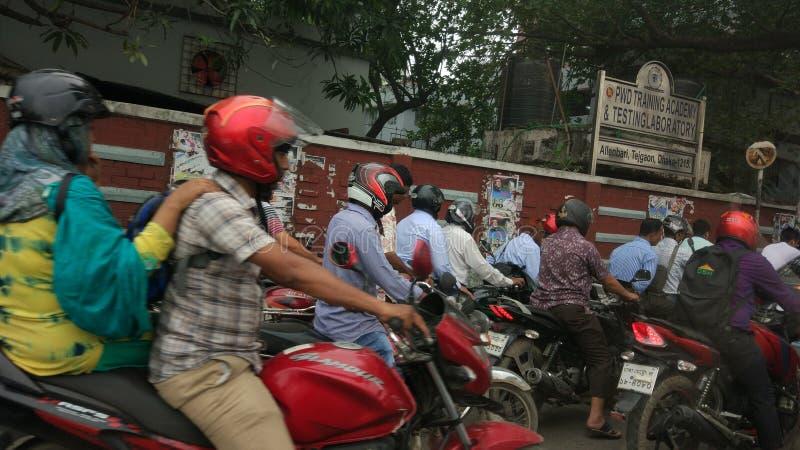 Banlieusards de moto dans la ville image stock