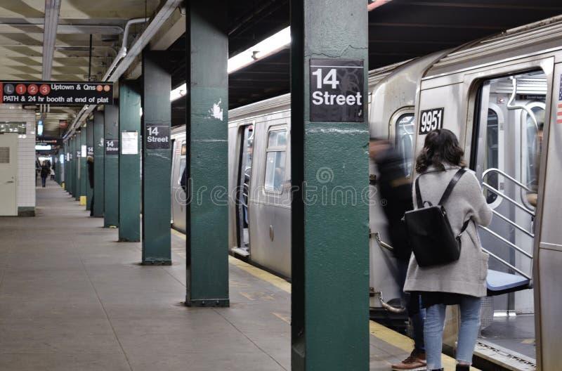 Banlieusards de New York City sur le voyage souterrain de 14ème de rue de souterrain transit de métro photos libres de droits