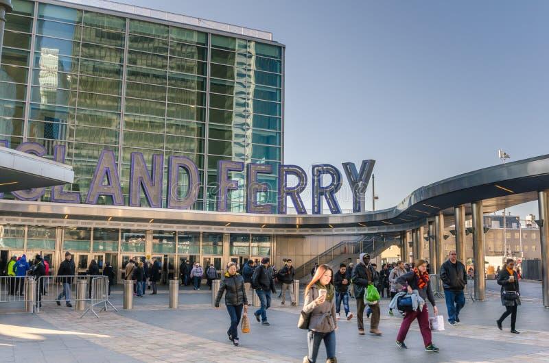 Banlieusards et touristes chez Staten Island Ferry Terminal photos stock