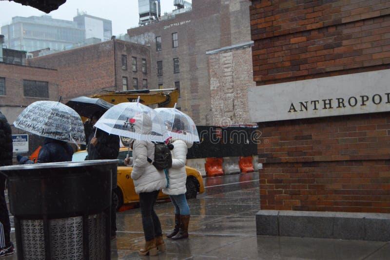Banlieusards sous la pluie, New York image stock
