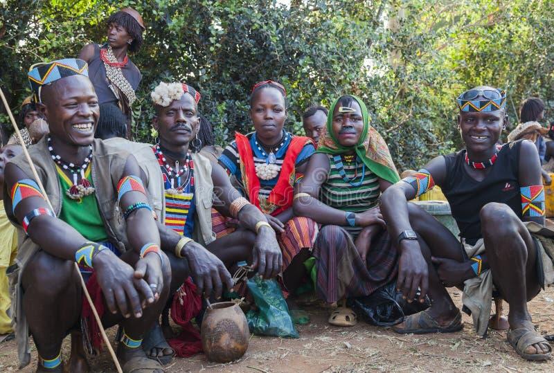 Banna folk på bymarknaden Nyckel- avlägset, Omo dal ethiopia royaltyfria bilder