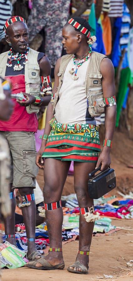 Banna folk på bymarknaden Nyckel- avlägset, Omo dal ethiopia arkivbilder