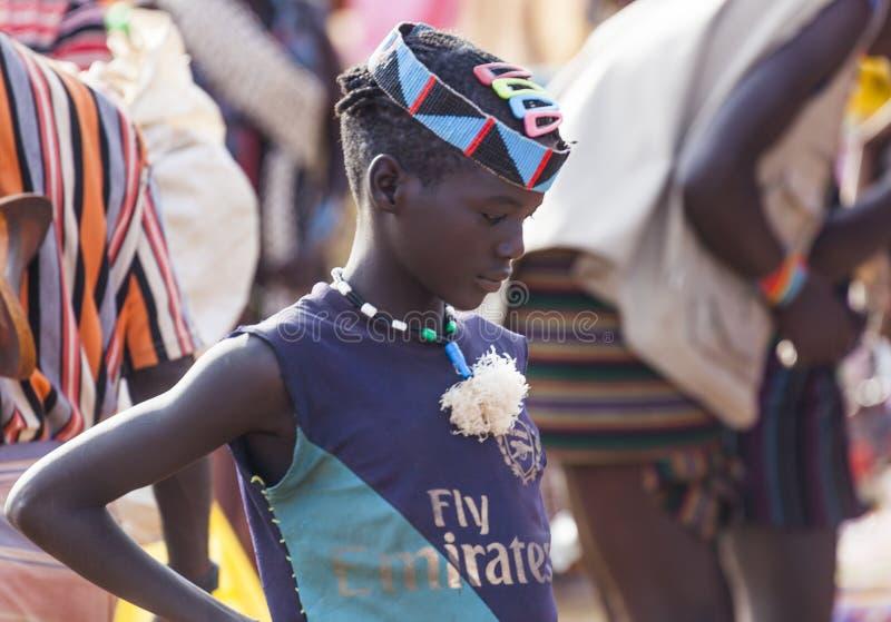 Banna pojke på bymarknaden Nyckel- avlägset, Omo dal ethiopia royaltyfria foton