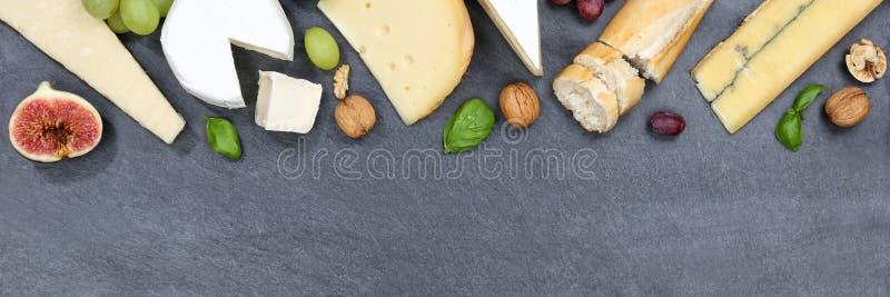 Banne suisse de copyspace de camembert de pain de plat de plateau de panneau de fromage image stock