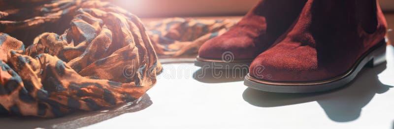 Banner Accesorios para mujeres pañuelo de leopardo ligero botas de chelsea de impresión Glare espacio de copia imagen de archivo libre de regalías