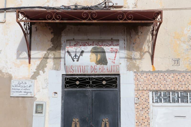 Banner buiten een kapper en schoonheidssalon in Fes, Marokko royalty-vrije stock foto