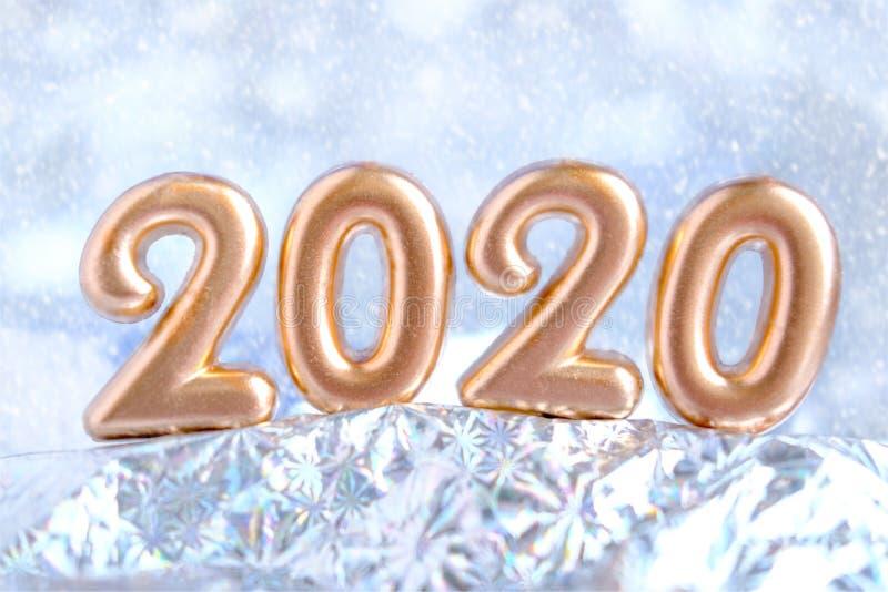Banner de diseño de Feliz Año Nuevo 2020. Fondo de nieve plateado borroso. Tarjeta de saludo con billete de oro fotografía de archivo