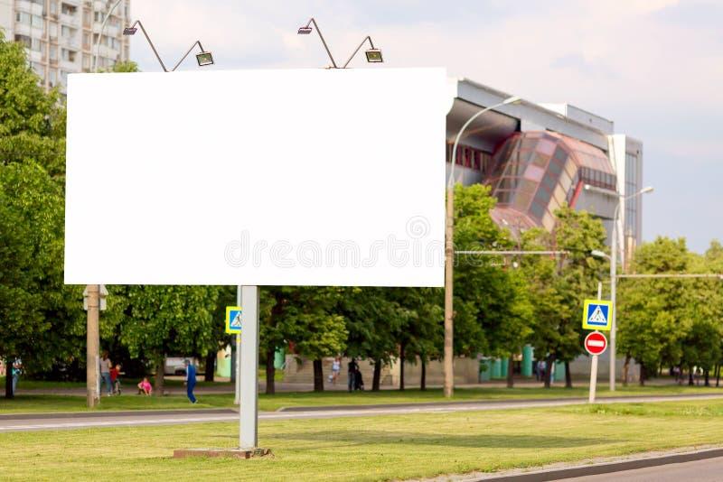 Banner de outdoors vazio moderno em uma cidade Mockup para o seu projeto de publicidade foto de stock