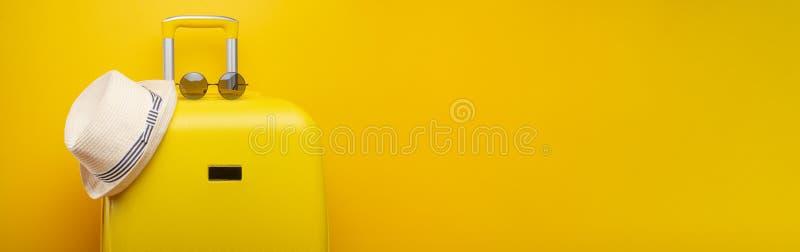 Banner gele koffer, met een hoed voor recreatie, het strand en de zonnebril Reis van het het Concepten de Feestelijke Avontuur va stock afbeelding