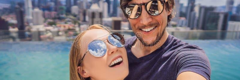 BANNER, het LANGE FORMAAT jonge gelukkige en aantrekkelijke speelse paar die selfie stellen bij luxe samen stedelijk hotel voor d royalty-vrije stock afbeelding