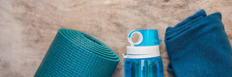 BANNER, LANG FORMAAT alles voor sporten turkooise, blauwe schaduwen op een houten achtergrond Yogamat, sportschoenen stock foto