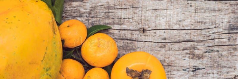 BANNER, Lange Formaat Kleurrijke vruchten op de witte houten lijst, Bananen, carambola, mango, papaja, rambutan mandarin, Pamela, stock afbeelding