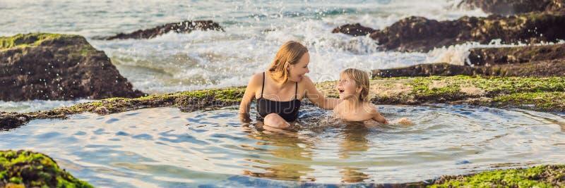 BANNER, LONG FORMAT Mère et fils touristes sur la plage de Pantai Tegal Wangi, dans un bain d'eau de mer, île de Bali images stock