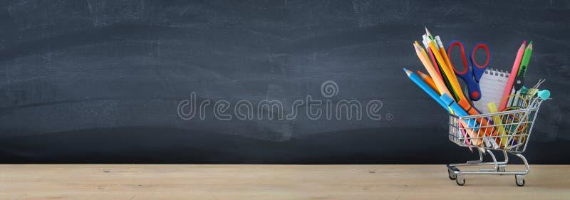 Banner van Boodschappenwagentje met schoollevering voor bord Terug naar het Concept van de School stock foto