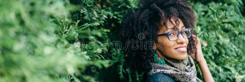Banner van fashinable vrouw met glazen royalty-vrije stock fotografie