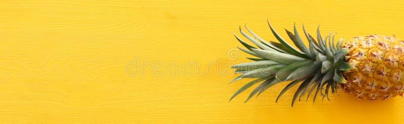 Banner van Rijpe ananas over gele houten achtergrond Strand en tropisch thema Hoogste mening royalty-vrije stock foto